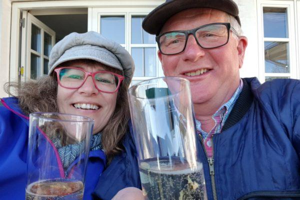 Ingrid og Simon afslutter en lang arbejdsdag med et glas af deres egen mousserende vin